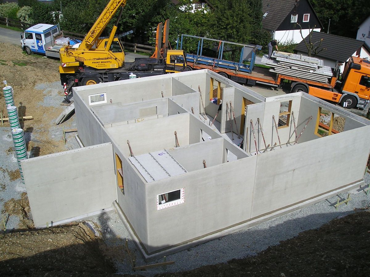 Ein Keller aus Fertigteilen der aufgebaut wird
